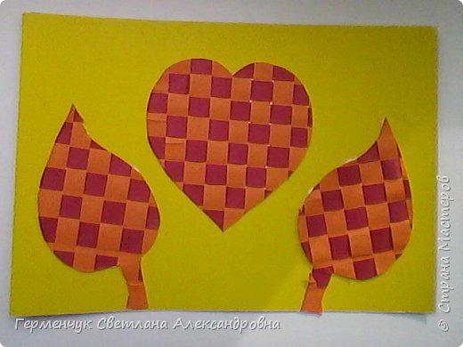 """С ребятами 4 """"В"""" класса выполнили переплетение( полотняное) из цветной бумаги на уроке трудового обучения.Из  получившихся ковриков вырезали  яблочки,груши,грибы, листики.  Рядом с понравившимся фруктом  поместили сердечки .Получились аппликации очень аккуратные и"""" вкусные"""".Молодцы ,ребята!!! фото 3"""