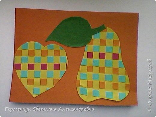 """С ребятами 4 """"В"""" класса выполнили переплетение( полотняное) из цветной бумаги на уроке трудового обучения.Из  получившихся ковриков вырезали  яблочки,груши,грибы, листики.  Рядом с понравившимся фруктом  поместили сердечки .Получились аппликации очень аккуратные и"""" вкусные"""".Молодцы ,ребята!!! фото 4"""