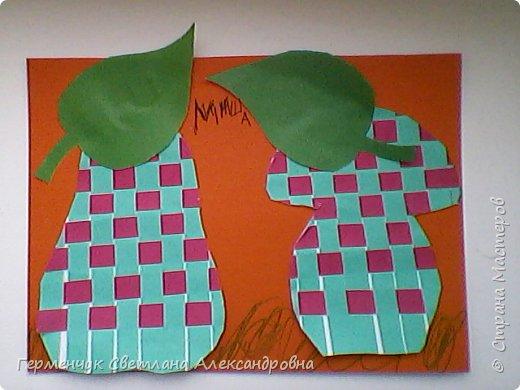 """С ребятами 4 """"В"""" класса выполнили переплетение( полотняное) из цветной бумаги на уроке трудового обучения.Из  получившихся ковриков вырезали  яблочки,груши,грибы, листики.  Рядом с понравившимся фруктом  поместили сердечки .Получились аппликации очень аккуратные и"""" вкусные"""".Молодцы ,ребята!!! фото 6"""