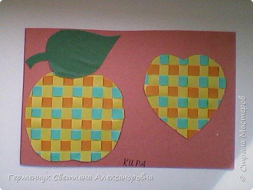 """С ребятами 4 """"В"""" класса выполнили переплетение( полотняное) из цветной бумаги на уроке трудового обучения.Из  получившихся ковриков вырезали  яблочки,груши,грибы, листики.  Рядом с понравившимся фруктом  поместили сердечки .Получились аппликации очень аккуратные и"""" вкусные"""".Молодцы ,ребята!!! фото 7"""
