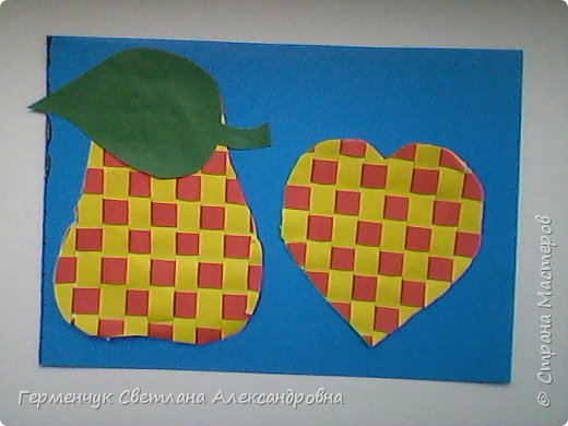 """С ребятами 4 """"В"""" класса выполнили переплетение( полотняное) из цветной бумаги на уроке трудового обучения.Из  получившихся ковриков вырезали  яблочки,груши,грибы, листики.  Рядом с понравившимся фруктом  поместили сердечки .Получились аппликации очень аккуратные и"""" вкусные"""".Молодцы ,ребята!!! фото 10"""