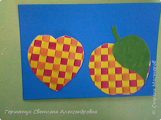 """С ребятами 4 """"В"""" класса выполнили переплетение( полотняное) из цветной бумаги на уроке трудового обучения.Из  получившихся ковриков вырезали  яблочки,груши,грибы, листики.  Рядом с понравившимся фруктом  поместили сердечки .Получились аппликации очень аккуратные и"""" вкусные"""".Молодцы ,ребята!!! фото 12"""
