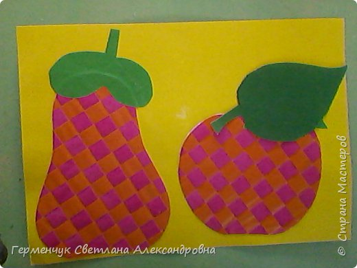"""С ребятами 4 """"В"""" класса выполнили переплетение( полотняное) из цветной бумаги на уроке трудового обучения.Из  получившихся ковриков вырезали  яблочки,груши,грибы, листики.  Рядом с понравившимся фруктом  поместили сердечки .Получились аппликации очень аккуратные и"""" вкусные"""".Молодцы ,ребята!!! фото 16"""