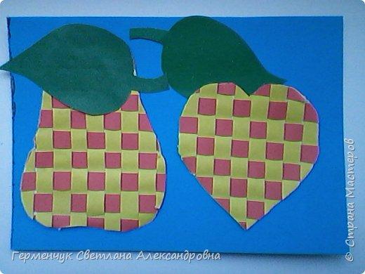 """С ребятами 4 """"В"""" класса выполнили переплетение( полотняное) из цветной бумаги на уроке трудового обучения.Из  получившихся ковриков вырезали  яблочки,груши,грибы, листики.  Рядом с понравившимся фруктом  поместили сердечки .Получились аппликации очень аккуратные и"""" вкусные"""".Молодцы ,ребята!!! фото 18"""