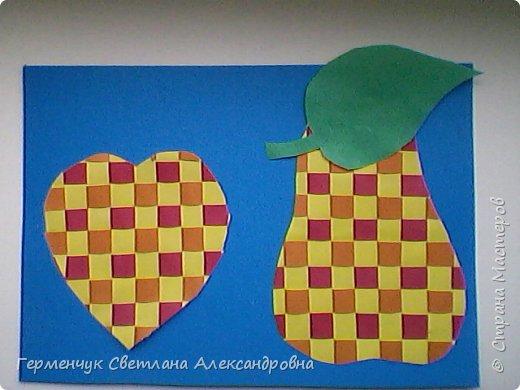 """С ребятами 4 """"В"""" класса выполнили переплетение( полотняное) из цветной бумаги на уроке трудового обучения.Из  получившихся ковриков вырезали  яблочки,груши,грибы, листики.  Рядом с понравившимся фруктом  поместили сердечки .Получились аппликации очень аккуратные и"""" вкусные"""".Молодцы ,ребята!!! фото 20"""