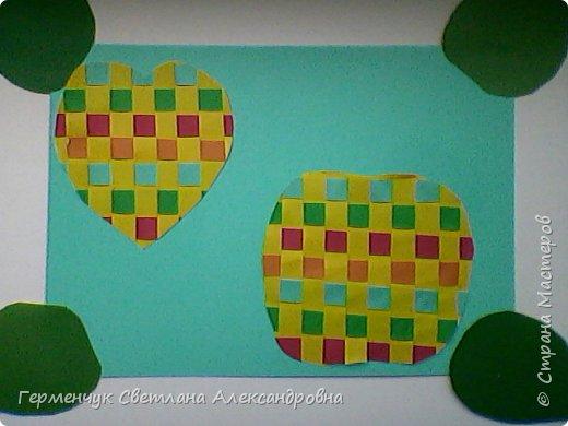 """С ребятами 4 """"В"""" класса выполнили переплетение( полотняное) из цветной бумаги на уроке трудового обучения.Из  получившихся ковриков вырезали  яблочки,груши,грибы, листики.  Рядом с понравившимся фруктом  поместили сердечки .Получились аппликации очень аккуратные и"""" вкусные"""".Молодцы ,ребята!!! фото 22"""