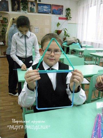"""Здравствуйте! Прошел еще один урок в нашем кружке - урок №6 """"Поиграем в трубочки"""". На этом уроке мы учились создавать плоскостные и объемные геометрические фигуры из коктейльных трубочек двумя способами: ниточным и безниточным. Плоскостные фигуры собирали в объемные модели при помощи скотча. фото 7"""