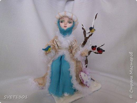 Каркасные куклы:  первая из запекаемого пластика, вторая из само отвердевающей полимерной глины,  пенёчки-подставки из папье-маше, а птички сваляны из шерсти. Размер кукол в стоячем положении 25-27 см. фото 4