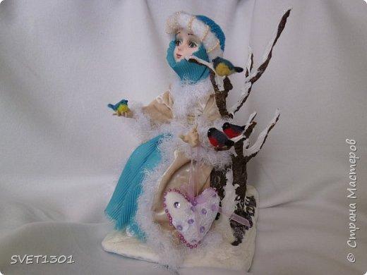 Каркасные куклы:  первая из запекаемого пластика, вторая из само отвердевающей полимерной глины,  пенёчки-подставки из папье-маше, а птички сваляны из шерсти. Размер кукол в стоячем положении 25-27 см. фото 5