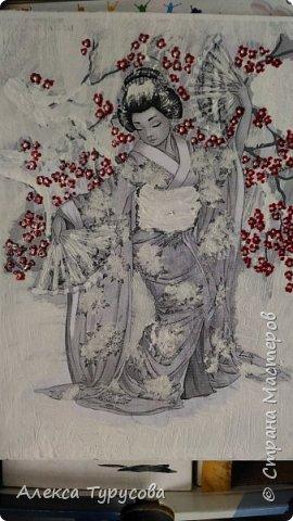 Распечатка рисунка,приклеен пва к стеклу,нанесена фактурная шпаклевка и роспись акриловыми красками,акриловым контуром и лаками для ногтей.В прическе стразы для ногтей.Это подарок для коллеги,она мечтает о Японии,мечтает попасть туда. фото 3