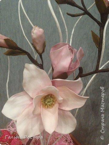 Вот такая веточка Магнолии,  сделанная  из фоамирана украшает журнальный столик. Кажется, что не хватает еще одного цветка, внизу, где пустой пенек. Так оставить или еще чем-то дополнить? Посоветуйте, пжл. фото 3