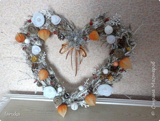 Вот такой веночек сделала для коридора. Коридор в кирпично-оранжевых тонах, хотелось чего-то неброского. Использовала колоски, веточки, ягоды шиповника и разные сухоцветы. Цветочки из фетра, мешковины и флиса. фото 4