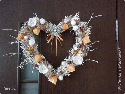 Вот такой веночек сделала для коридора. Коридор в кирпично-оранжевых тонах, хотелось чего-то неброского. Использовала колоски, веточки, ягоды шиповника и разные сухоцветы. Цветочки из фетра, мешковины и флиса. фото 5