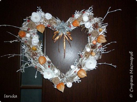 Вот такой веночек сделала для коридора. Коридор в кирпично-оранжевых тонах, хотелось чего-то неброского. Использовала колоски, веточки, ягоды шиповника и разные сухоцветы. Цветочки из фетра, мешковины и флиса. фото 6