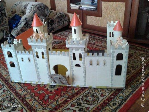 Наша бабушка создала вот такой замечательный замок. Использовала гофрированный картон, втулки из под туалетной бумаги. Окрашено акриловой краской. фото 1