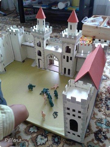 Наша бабушка создала вот такой замечательный замок. Использовала гофрированный картон, втулки из под туалетной бумаги. Окрашено акриловой краской. фото 2