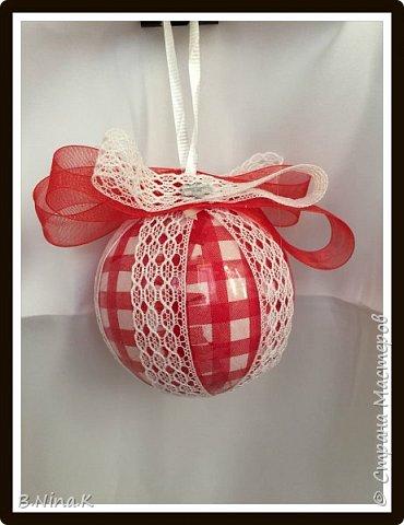 Приветствую всех жителей Страны Мастеров! Сделала новые шары и топиарий.  Пластиковый разъемный шар, обратный декупаж салфеткой, кружево и лента для бантов. фото 1