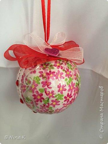 Приветствую всех жителей Страны Мастеров! Сделала новые шары и топиарий.  Пластиковый разъемный шар, обратный декупаж салфеткой, кружево и лента для бантов. фото 4