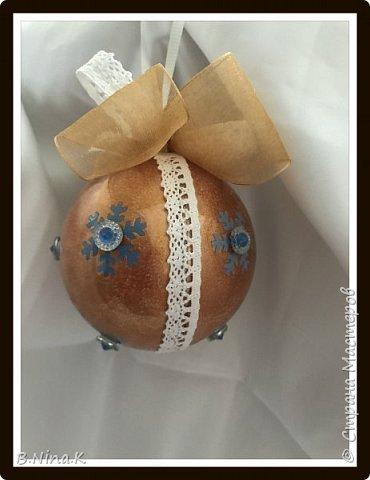 Приветствую всех жителей Страны Мастеров! Сделала новые шары и топиарий.  Пластиковый разъемный шар, обратный декупаж салфеткой, кружево и лента для бантов. фото 17