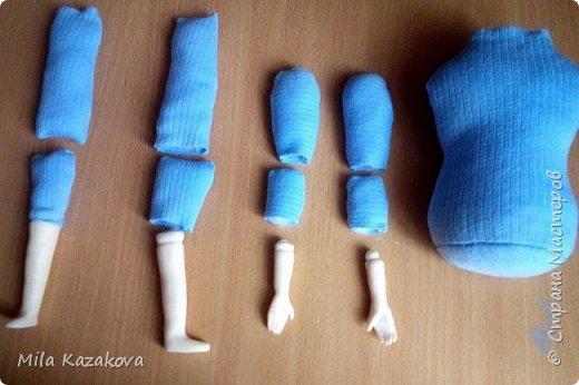 Шарнирная  подвижная куколка, 40см.  Таких кукол называют еще болтушками - ручки и ножки свободно висят. Сделана в смешанной технике. Головка, ручки вылеплены из пластической глины La Doll, мягкое тельце сшито из х/б плотной ткани, ручки и ножки – шарнирные, соединение в бусину. Крепление рук через пуговицу. Подвижные. Тело с утяжелением внизу  гранулятом. Сидит без опоры на любой поверхности. Лицо отшлифовано, загрунтовано, покрашено акриловой краской телесного цвета, покрыто лаком. Расписано акриловыми красками и пастелью. Волосы – искусственные трессы. Сделан парик. Платье сшито из шифона, накидка из флиса, туфельки из кожзама. Приятного просмотра. фото 2