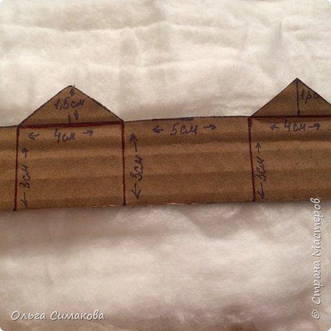 Добрый день страна!!!! И с наступающим Новым годом!!!!! Изобилие зимних домиков в интернете впечатляет! А у меня как всегда, вариант свой.:) Упрощенный... Высота без трубы- 5,5 см. Справится даже ребёнок! Домик получается маленький, лёгкий и прочный! Это не макет, а игрушка на ёлку!  фото 4