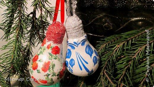 Новогодний декупаж елочных игрушек из лампочек