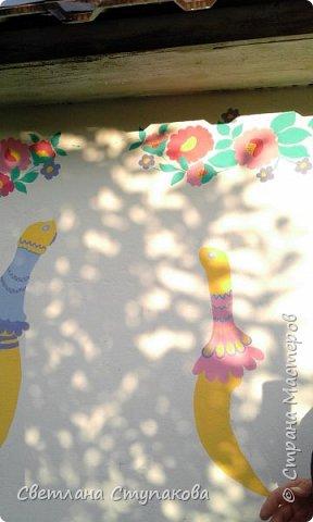 Это мой дачный домик. Захотелось его разукрасить ,чтоб он запел. Здесь я использовала художественные акриловые краски. фото 13