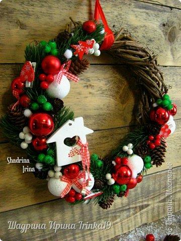 """Всем всем огромный привет!!! Хочу показать вам сегодня НОВИНКУ(!!!) - Новогодний комплект """"Зимнее волшебство"""" Давно хотела сделать новогоднюю работу именно в таких ярких, сочных цветах, с множеством шишек, шариков и ягодок) Новогодний комплект состоит из венка на дверь и композиции в кашпо. Веночек сплетен вручную из виноградной лозы. Веночек и композиция декорированы натуральными шишками ели и лиственницы, искусственными лапками ели, новогодними шариками разных размеров, гроздьями ягод, ягодок в """"сахаре"""",декоративными прищепками, пушистыми шариками """"снежки"""") фото 4"""