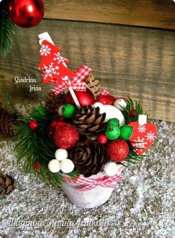 """Всем всем огромный привет!!! Хочу показать вам сегодня НОВИНКУ(!!!) - Новогодний комплект """"Зимнее волшебство"""" Давно хотела сделать новогоднюю работу именно в таких ярких, сочных цветах, с множеством шишек, шариков и ягодок) Новогодний комплект состоит из венка на дверь и композиции в кашпо. Веночек сплетен вручную из виноградной лозы. Веночек и композиция декорированы натуральными шишками ели и лиственницы, искусственными лапками ели, новогодними шариками разных размеров, гроздьями ягод, ягодок в """"сахаре"""",декоративными прищепками, пушистыми шариками """"снежки"""") фото 3"""