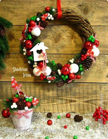 """Всем всем огромный привет!!! Хочу показать вам сегодня НОВИНКУ(!!!) - Новогодний комплект """"Зимнее волшебство"""" Давно хотела сделать новогоднюю работу именно в таких ярких, сочных цветах, с множеством шишек, шариков и ягодок) Новогодний комплект состоит из венка на дверь и композиции в кашпо. Веночек сплетен вручную из виноградной лозы. Веночек и композиция декорированы натуральными шишками ели и лиственницы, искусственными лапками ели, новогодними шариками разных размеров, гроздьями ягод, ягодок в """"сахаре"""",декоративными прищепками, пушистыми шариками """"снежки"""") фото 1"""