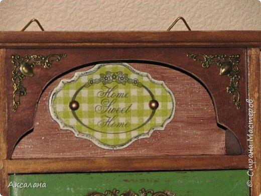Деревянная ключница в подарок одному очень хорошему человеку. В работе использовала морилку, акриловые краски, немного декупажа, а так же для украшения использовалась металлическая фурнитура. фото 4