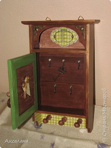 Деревянная ключница в подарок одному очень хорошему человеку. В работе использовала морилку, акриловые краски, немного декупажа, а так же для украшения использовалась металлическая фурнитура. фото 5