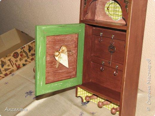 Деревянная ключница в подарок одному очень хорошему человеку. В работе использовала морилку, акриловые краски, немного декупажа, а так же для украшения использовалась металлическая фурнитура. фото 6