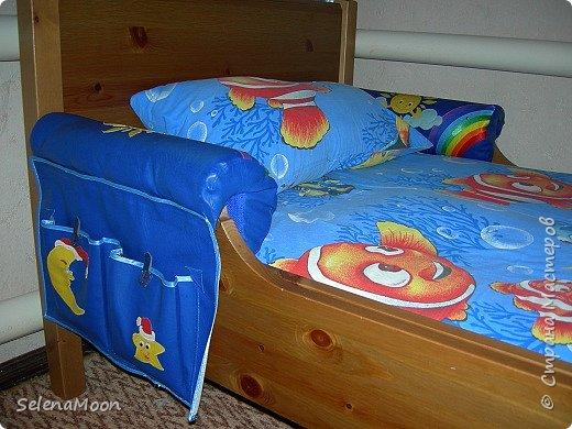 Купили в Ikea  кровать с бортами, но ребенок постоянно во сне бился и тогда пришлось придумать эту защиту, заодно пришила кармашки, очень удобно, ребенок всегда может положить носочки которые снимает перед сном, игрушку которая была в руках когда пошел спать и т.д. Буду рада если кому-нибудь пригодится. фото 1