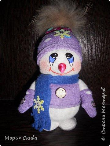Он не мал и не велик, Снежно белый снеговик. У него морковкой нос, Очень любит он мороз фото 1