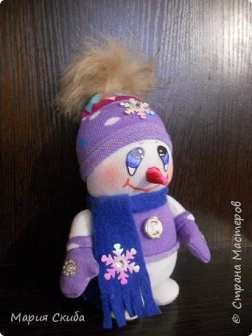 Он не мал и не велик, Снежно белый снеговик. У него морковкой нос, Очень любит он мороз фото 2