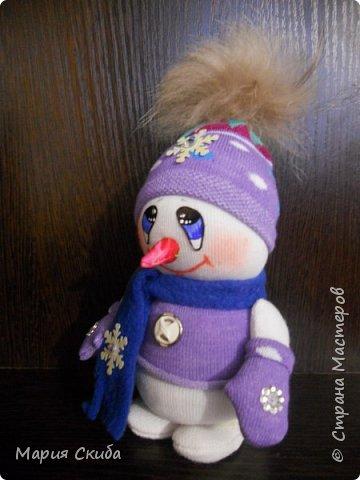 Он не мал и не велик, Снежно белый снеговик. У него морковкой нос, Очень любит он мороз фото 3
