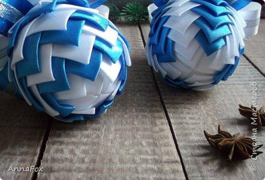 Всем привет!) В прошлом году смотрела на такие елочные игрушки и безумно хотела сделать сама. В этом году запаслась пенопластовыми заготовками и вперед!)) Новый год уже совсем близко, пора заготавливать разные приятности!) Первые - холодные, зимние, бело-голубые игрушки фото 2