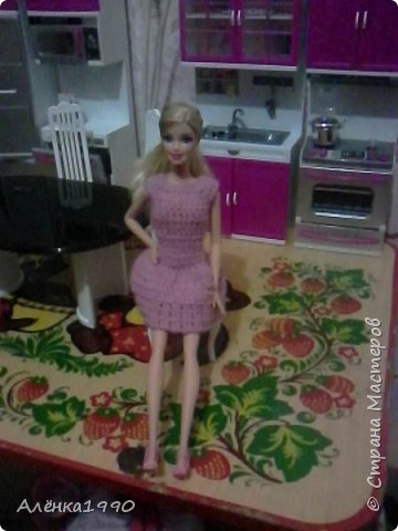 Здравствуйте,дорогие жители Страны Мастеров. Моя маленькая принцесса Лили недавно заинтересовалась куклами Барби и Теперь требует одежду. Знакомьтесь-Наша любимица-Алёна. Она отмечает новоселье в новом доме со своими подругами.По этому поводу связано платье по мк Мирабеллы(спасибо вам огромное!!!) фото 1