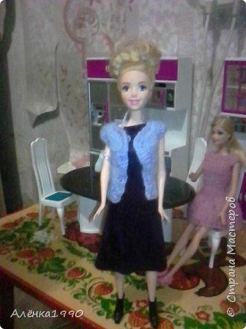 Здравствуйте,дорогие жители Страны Мастеров. Моя маленькая принцесса Лили недавно заинтересовалась куклами Барби и Теперь требует одежду. Знакомьтесь-Наша любимица-Алёна. Она отмечает новоселье в новом доме со своими подругами.По этому поводу связано платье по мк Мирабеллы(спасибо вам огромное!!!) фото 2
