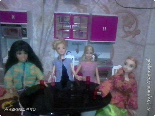 Здравствуйте,дорогие жители Страны Мастеров. Моя маленькая принцесса Лили недавно заинтересовалась куклами Барби и Теперь требует одежду. Знакомьтесь-Наша любимица-Алёна. Она отмечает новоселье в новом доме со своими подругами.По этому поводу связано платье по мк Мирабеллы(спасибо вам огромное!!!) фото 5