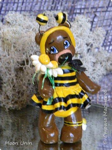 С черной кнопкой на носу Этот зверь живет в лесу, Весь лохматый, цветом бурый, На лицо немного хмурый.  У него кривые лапы, Неуклюжий, косолапый. Любит кушать сладкий мед, Этот мед у пчел крадет.  По деревьям лазит ловко, Есть хорошая сноровка, Может сильно он реветь, А зовут его... Медведь!  Чурилов А. Всем привет!) Знакомьтесь с моей косолапенькой красавицей, наряженной пчелкой)  фото 1