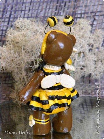 С черной кнопкой на носу Этот зверь живет в лесу, Весь лохматый, цветом бурый, На лицо немного хмурый.  У него кривые лапы, Неуклюжий, косолапый. Любит кушать сладкий мед, Этот мед у пчел крадет.  По деревьям лазит ловко, Есть хорошая сноровка, Может сильно он реветь, А зовут его... Медведь!  Чурилов А. Всем привет!) Знакомьтесь с моей косолапенькой красавицей, наряженной пчелкой)  фото 8