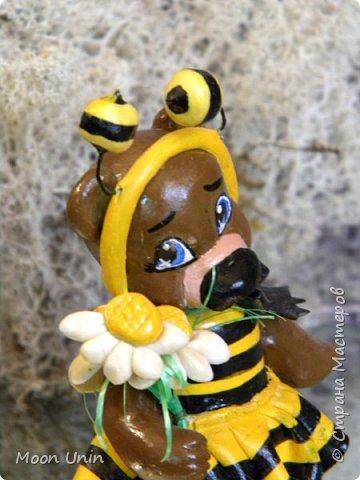 С черной кнопкой на носу Этот зверь живет в лесу, Весь лохматый, цветом бурый, На лицо немного хмурый.  У него кривые лапы, Неуклюжий, косолапый. Любит кушать сладкий мед, Этот мед у пчел крадет.  По деревьям лазит ловко, Есть хорошая сноровка, Может сильно он реветь, А зовут его... Медведь!  Чурилов А. Всем привет!) Знакомьтесь с моей косолапенькой красавицей, наряженной пчелкой)  фото 10
