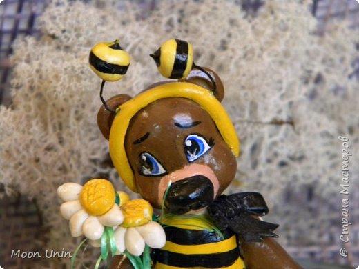 С черной кнопкой на носу Этот зверь живет в лесу, Весь лохматый, цветом бурый, На лицо немного хмурый.  У него кривые лапы, Неуклюжий, косолапый. Любит кушать сладкий мед, Этот мед у пчел крадет.  По деревьям лазит ловко, Есть хорошая сноровка, Может сильно он реветь, А зовут его... Медведь!  Чурилов А. Всем привет!) Знакомьтесь с моей косолапенькой красавицей, наряженной пчелкой)  фото 11