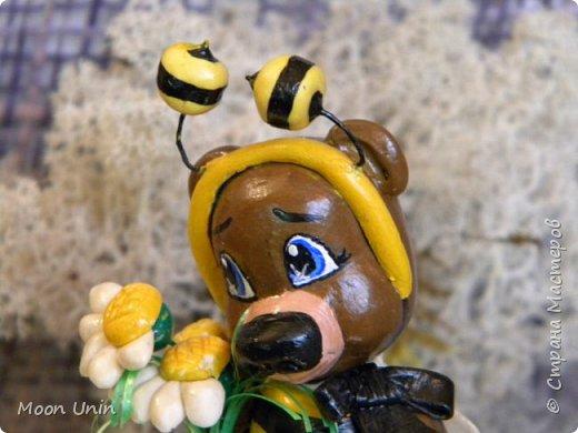 С черной кнопкой на носу Этот зверь живет в лесу, Весь лохматый, цветом бурый, На лицо немного хмурый.  У него кривые лапы, Неуклюжий, косолапый. Любит кушать сладкий мед, Этот мед у пчел крадет.  По деревьям лазит ловко, Есть хорошая сноровка, Может сильно он реветь, А зовут его... Медведь!  Чурилов А. Всем привет!) Знакомьтесь с моей косолапенькой красавицей, наряженной пчелкой)  фото 12