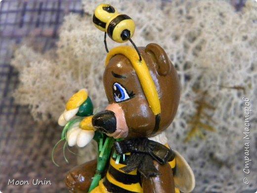 С черной кнопкой на носу Этот зверь живет в лесу, Весь лохматый, цветом бурый, На лицо немного хмурый.  У него кривые лапы, Неуклюжий, косолапый. Любит кушать сладкий мед, Этот мед у пчел крадет.  По деревьям лазит ловко, Есть хорошая сноровка, Может сильно он реветь, А зовут его... Медведь!  Чурилов А. Всем привет!) Знакомьтесь с моей косолапенькой красавицей, наряженной пчелкой)  фото 13
