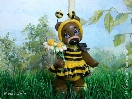 С черной кнопкой на носу Этот зверь живет в лесу, Весь лохматый, цветом бурый, На лицо немного хмурый.  У него кривые лапы, Неуклюжий, косолапый. Любит кушать сладкий мед, Этот мед у пчел крадет.  По деревьям лазит ловко, Есть хорошая сноровка, Может сильно он реветь, А зовут его... Медведь!  Чурилов А. Всем привет!) Знакомьтесь с моей косолапенькой красавицей, наряженной пчелкой)  фото 15