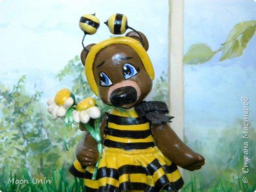 С черной кнопкой на носу Этот зверь живет в лесу, Весь лохматый, цветом бурый, На лицо немного хмурый.  У него кривые лапы, Неуклюжий, косолапый. Любит кушать сладкий мед, Этот мед у пчел крадет.  По деревьям лазит ловко, Есть хорошая сноровка, Может сильно он реветь, А зовут его... Медведь!  Чурилов А. Всем привет!) Знакомьтесь с моей косолапенькой красавицей, наряженной пчелкой)  фото 16