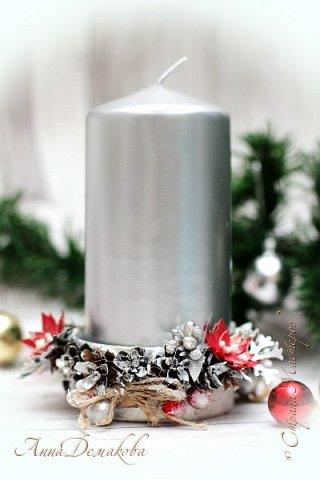 Здравствуйте дорогие мои мастера, постоянные читатели и гости моей странички. Продолжаю готовиться к новому году.  Сделала подсвечник.  В качестве основы использовала баночку из-под паштета. Покрасила его белым акриловым грунтом и оформила его шишками лиственницы (специально собирали осенью), декоративными ягодками, серебряными шариками, цветочками, бантиками из джута, тычинками.  фото 9